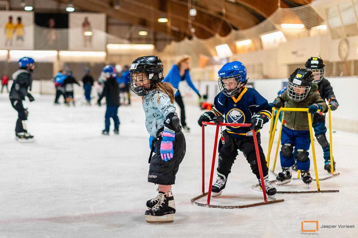 bij de ijshockeyschool Leiden Lions leren kinderen schaatsen