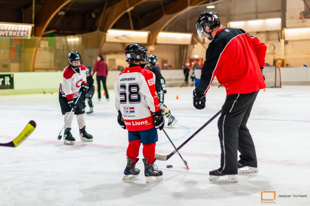 U10 trainen mee met de ijshockeyschool Leiden Lions