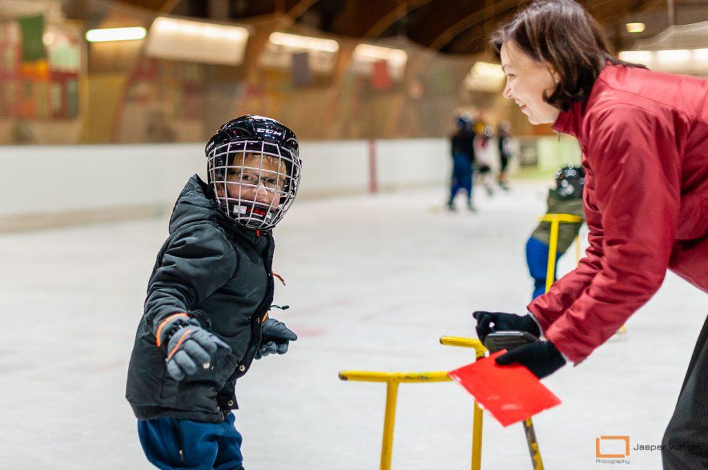 kinderen leren schaatsen bij de ijshockeyschool Leiden Lions