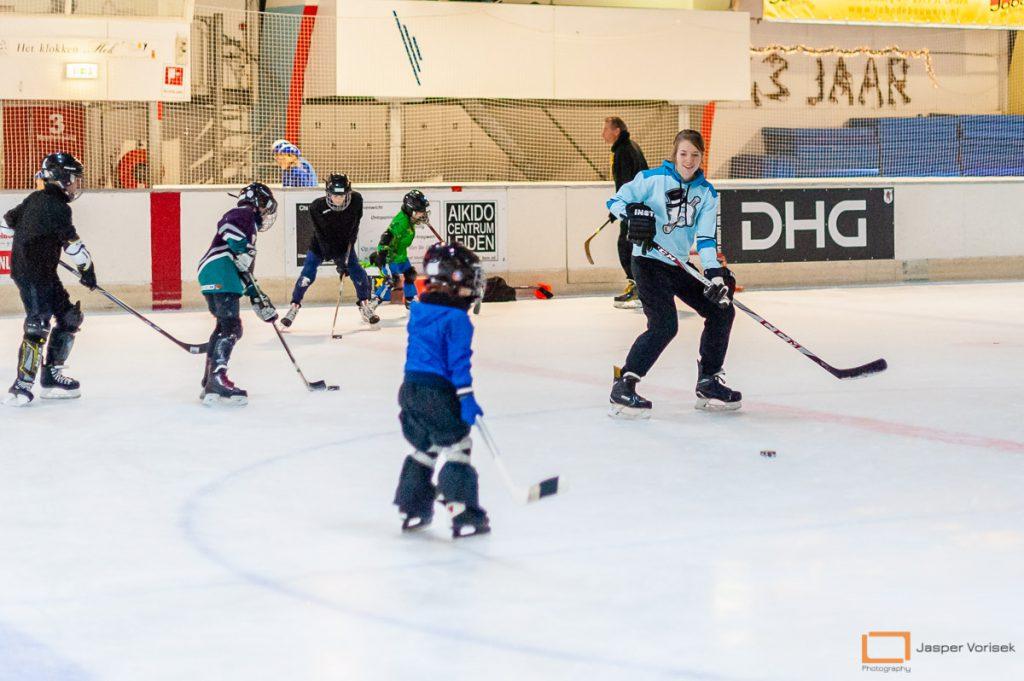 kinderen in actie bij de ijshockeyschool Leiden Lions