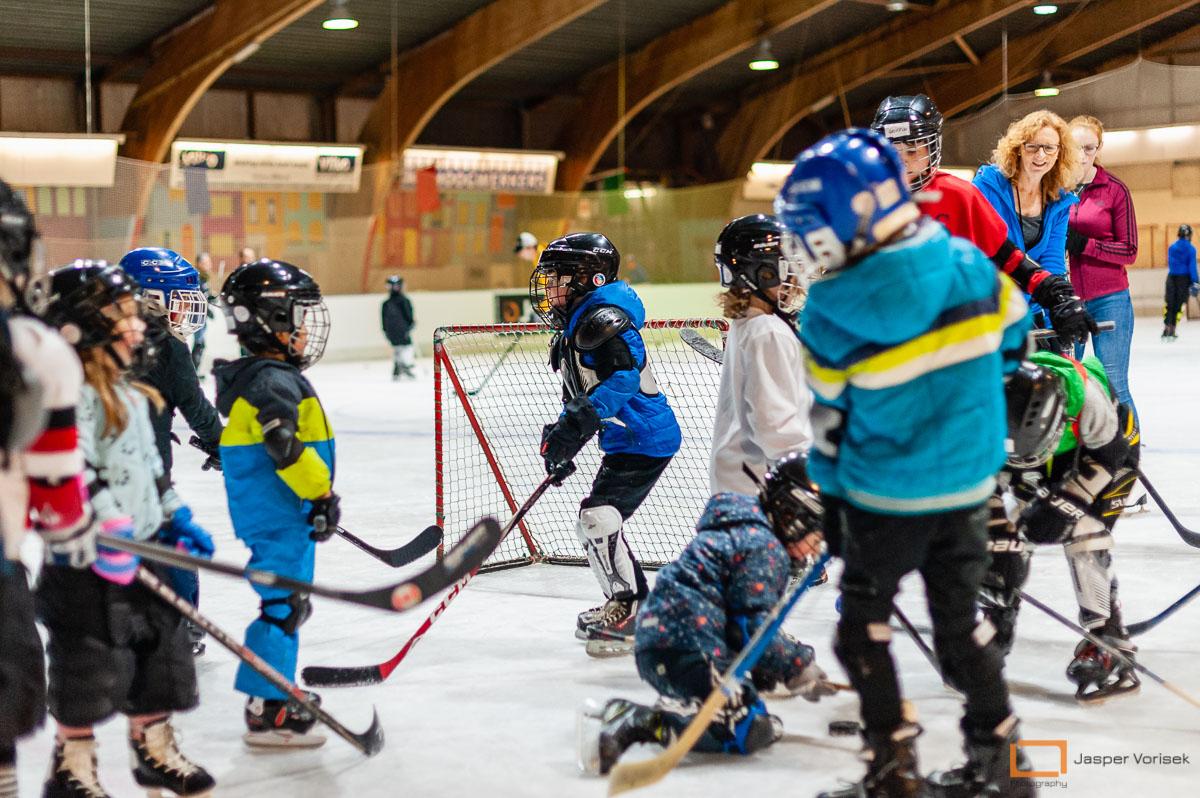kinderen leren schaatsen bij de ij shockeyschool Leiden Lions